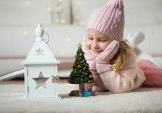 Retrato de la muchacha bonita con el árbol y la linterna de los Años Nuevos Fotos de archivo libres de regalías