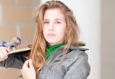 Retrato de la muchacha bonita con el monopatín al aire libre. Fotos de archivo