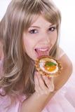 Retrato de la muchacha bonita con el pedazo de torta Imágenes de archivo libres de regalías