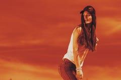 Retrato de la muchacha bonita del adolescente al aire libre Fotos de archivo libres de regalías