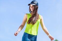Retrato de la muchacha bonita del adolescente al aire libre Imagen de archivo