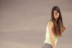 Retrato de la muchacha bonita del adolescente al aire libre Imágenes de archivo libres de regalías