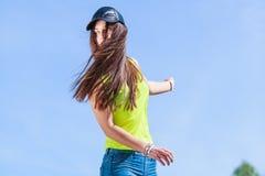 Retrato de la muchacha bonita del adolescente al aire libre Fotos de archivo