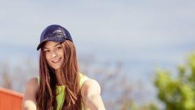 Retrato de la muchacha bonita del adolescente al aire libre Foto de archivo libre de regalías