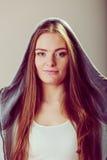 Retrato de la muchacha bonita del adolescente en capilla Foto de archivo libre de regalías