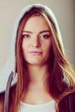 Retrato de la muchacha bonita del adolescente en capilla Foto de archivo