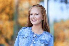 Retrato de la muchacha bonita del adolescente en fondo borroso Imagen de archivo