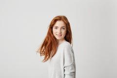 Retrato de la muchacha bonita joven con el pelo astuto hermoso que mira la cámara que sonríe sobre el fondo blanco Fotografía de archivo
