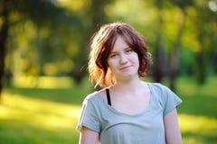 Retrato de la muchacha bonita joven en parque soleado del verano Fotos de archivo libres de regalías