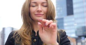 Retrato de la muchacha bonita joven que hace clic en el aire almacen de video