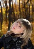 Retrato de la muchacha bonita que mira hacia arriba Fotos de archivo libres de regalías