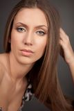 Retrato de la muchacha brown-haired atractiva imagenes de archivo