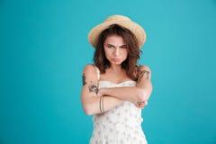 Retrato de la muchacha cambiante gruñona en la situación del sombrero de paja Fotos de archivo libres de regalías