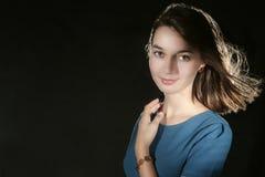 Retrato de la muchacha caucásica de la belleza con la pulsera y los pendientes ambarinos Fotografía de archivo libre de regalías