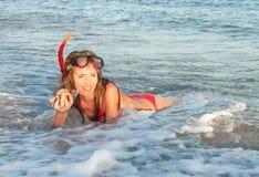 Retrato de la muchacha caucásica en la playa con la máscara que bucea. Foto de archivo