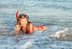 Retrato de la muchacha caucásica en la playa con la máscara que bucea Fotografía de archivo