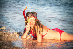 Retrato de la muchacha caucásica en la playa con la máscara que bucea y Imágenes de archivo libres de regalías