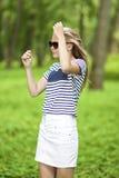 Retrato de la muchacha caucásica rubia del adolescente que presenta afuera en bosque verde Imágenes de archivo libres de regalías