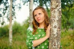 Retrato de la muchacha cerca de un abedul en fondo natural Imagen de archivo