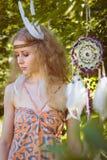 Retrato de la muchacha con Dreamctahcer que cuelga al costado Fotografía de archivo