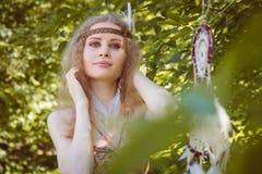 Retrato de la muchacha con Dreamctahcer que cuelga al costado Fotos de archivo