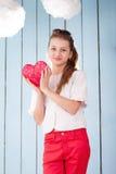 Retrato de la muchacha con el corazón en sus manos Imagen de archivo libre de regalías