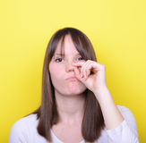 Retrato de la muchacha con el finger en su nariz Imagen de archivo libre de regalías