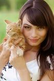 Retrato de la muchacha con el gatito Foto de archivo libre de regalías