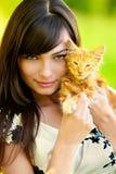 Retrato de la muchacha con el gatito Imagenes de archivo