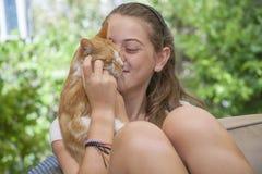Retrato de la muchacha con el gato Fotografía de archivo