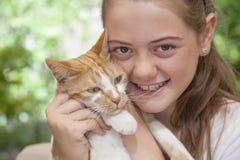 Retrato de la muchacha con el gato Imagenes de archivo