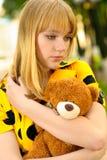 Retrato de la muchacha con el oso de peluche Imagen de archivo libre de regalías