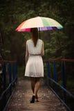Retrato de la muchacha con el paraguas colorido Imágenes de archivo libres de regalías