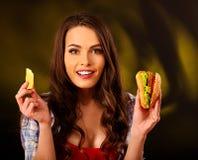 Retrato de la muchacha con el pelo largo que sostiene las pequeñas hamburguesas Fotografía de archivo
