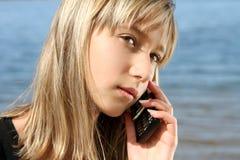 Retrato de la muchacha con el teléfono Foto de archivo libre de regalías