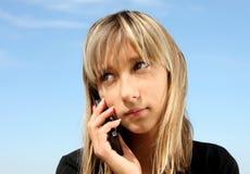 Retrato de la muchacha con el teléfono Fotografía de archivo