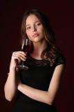 Retrato de la muchacha con la copa Cierre para arriba Fondo rojo oscuro Fotos de archivo libres de regalías