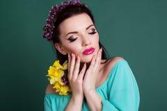 Retrato de la muchacha con la guirnalda púrpura de las flores Foto de archivo libre de regalías