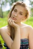 Retrato de la muchacha con la mano cerca de la cara en p Imágenes de archivo libres de regalías