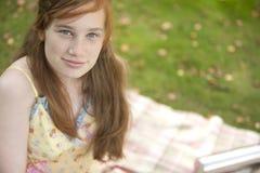 Retrato de la muchacha con la manta de la comida campestre Foto de archivo