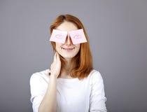 Retrato de la muchacha con las etiquetas engomadas divertidas coloridas. Fotos de archivo libres de regalías