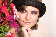 Retrato de la muchacha con las flores fotografía de archivo