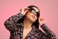 Retrato de la muchacha con las gafas de sol Fotografía de archivo
