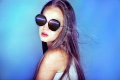Retrato de la muchacha con las gafas de sol Fotos de archivo libres de regalías