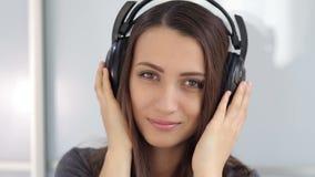 Retrato de la muchacha con los auriculares almacen de video