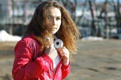 Retrato de la muchacha con los auriculares y el jugador de música Fotos de archivo libres de regalías