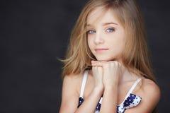 Retrato de la muchacha con los ojos azules y el pelo rubio Fotos de archivo libres de regalías