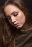 Retrato de la muchacha con los ojos cerrados en un fondo negro, gre Imagenes de archivo