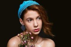 Retrato de la muchacha con maquillaje cubierto de rocio Fotos de archivo libres de regalías