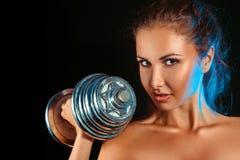 Retrato de la muchacha con pesas de gimnasia a disposición Foto de archivo libre de regalías
